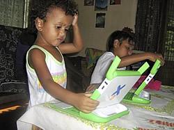 Kinder mit dem OLPC auf den Solomonen