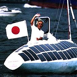 Kenichi Horie in seinem Solarboot