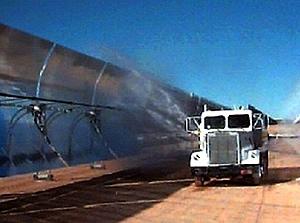 Parabolrinnen werden von einem Sprengfahrzeug gereinigt